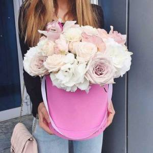 Коробка пионовидные розы, орхидеи и гортензия R007