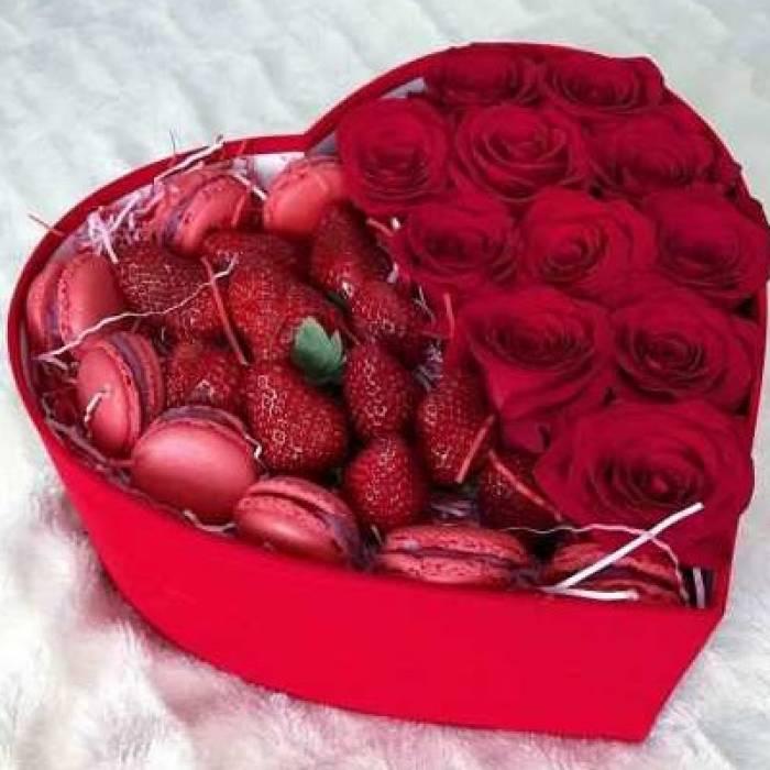 Красные розы с печеньем и клубникой в форме сердца R392