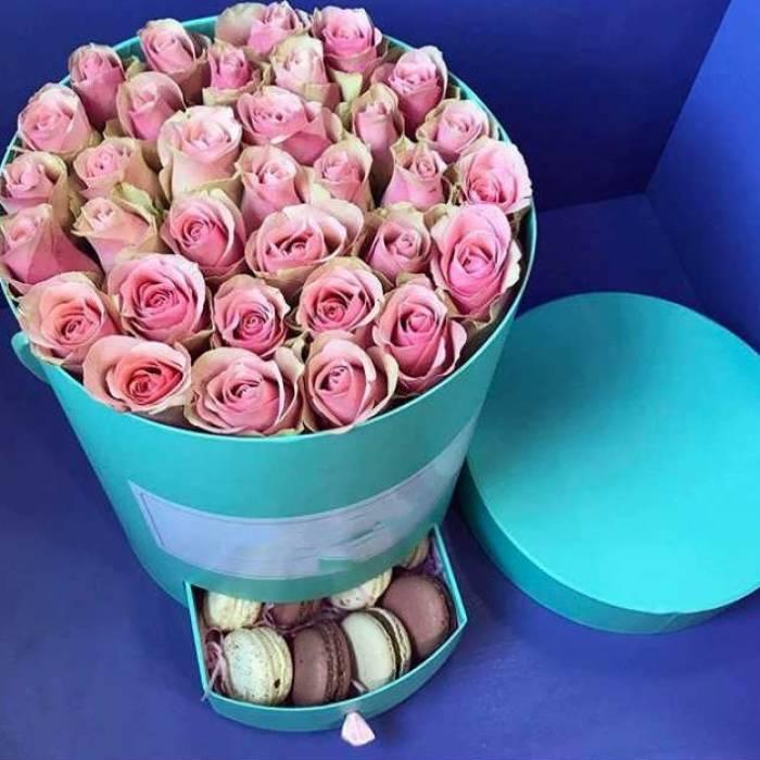 Коробка с розами и макаронсами R480
